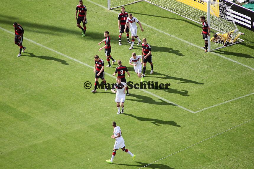 Per Mertesacker hat das 1:0 erzielt und läuft zum Jubeln zu Jerome Boateng - Testspiel der Deutschen Nationalmannschaft gegen die U20 im Rahmen der WM-Vorbereitung in St. Martin