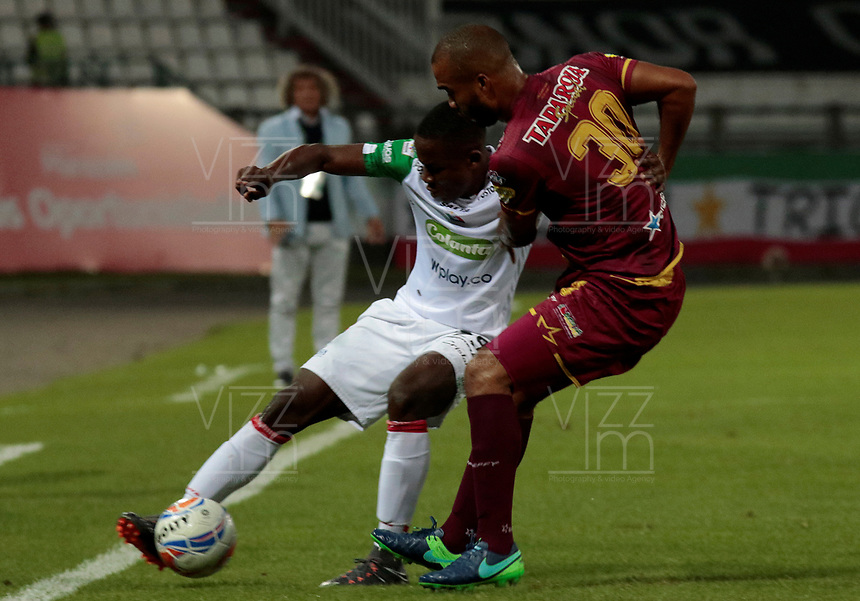MANIZALES - COLOMBIA, 11-04-2018: Luis Sinisterra (Izq) de Once Caldas disputa el balón con Luis Payares (Der) de Deportes Toilima por la fecha 14 de Liga Águila I 2018 jugado en el estadio Palogrande de la ciudad de Manizales. / Luis Sinisterra (L) player of Once Caldas fights for the ball with Luis Payares (R) player of Atletico Huila during match for the date 14 of the Aguila League I 2018 played at Palogrande stadium in Manizales city. Photo: VizzorImage / Santiago Osorio / Cont