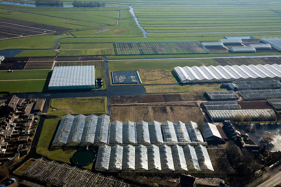 Nederland, Zuid-Holland, Gemeente Nieuwkoop, 11-02-2008; Ter Aar: glas van kassen spiegelt in de zon van het het polderland ten westen van Ter Aar; in de voorgrond verouderde kassen, worden gesloopt / ontmanteld; polderlandschap, polder, agrarische industrie, bio industrie, glastuinbouw, kassenbouw, tuinbouw, energie, intensief ruimtegebruik, glas, kas, kassen, glastuinbouw, tuinbouw, CO2 uitstoot.  .luchtfoto (toeslag); aerial photo (additional fee required); .foto Siebe Swart / photo Siebe Swart