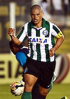 SANTOS SP, 21 Julho 2013 - Santos  X Coritiba - Alex do Coritiba comemora gol contra o  Santos durante partida  valida pelo campeonato brasileiro de 2013  no Estadio da Vila Belmiro em  Santos, neste domingo, 21. (FOTO: ALAN MORICI / BRAZIL PHOTO PRESS).