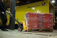 Berlin, Kisten mit Abstimmungsunterlagen der SPD Mitglieder zum Mitgliederentscheid &uuml;ber die Gro&szlig;e Koalition werden in der Nacht zum Samstag (14.12.13) in der Station Berlin f&uuml;r die Ausz&auml;hlung mit einem Hubwagen verladen.<br /> Foto: Steffi Loos/CommonLens