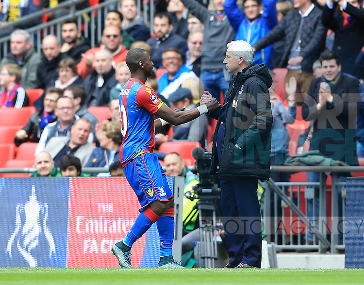 Crystal Palace's Yannick Bolasie celebrates scoring his sides opening goal with Alan Pardew during the Emirates FA Cup, Semi-Final match at Wembley Stadium, London.  Photo credit should read: David Klein/Sportimage