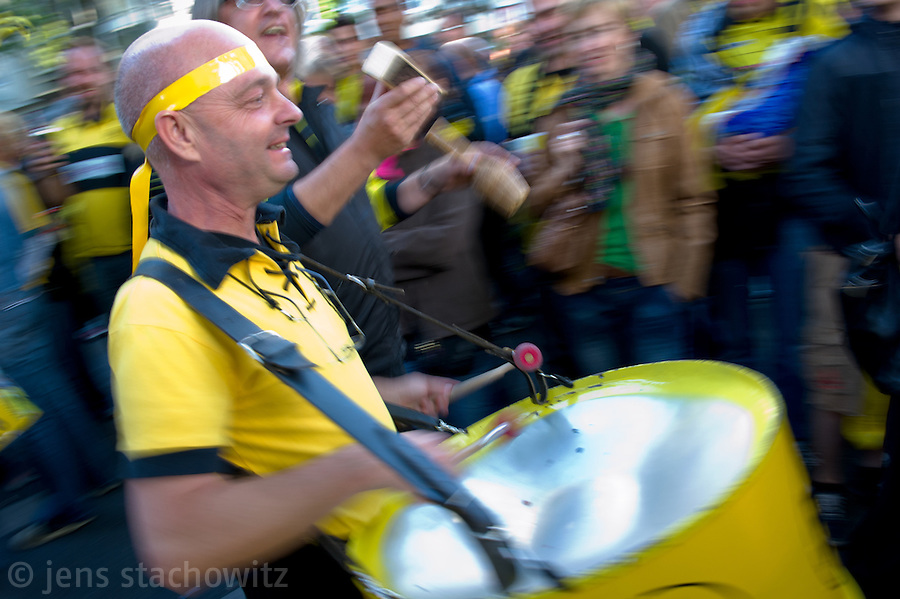 In Dortmund fans celebrated a gigantic party because of the title win of their favorite soccer club BVB 09 in the German Premium League. Here a maching band treks through the streets.