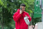 30.06.2020, Trainingsgelaende am wohninvest WESERSTADION,, Bremen, GER, 1.FBL, Werder Bremen Training, im Bild<br /> <br /> Ankunft der Bremer Spieler am Stadion vor dem Training in Zivil<br /> Milot Rashica (Werder Bremen #07) mit Handi<br /> <br /> Foto © nordphoto / Kokenge