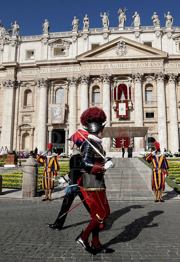 Un ufficiale dei Carabinieri ed una Guardia Svizzera in Piazza San Pietro prima dell'inizio della Messa di Pasqua celebrata da Papa Francesco. Città del Vaticano, 1 aprile, 2018.<br /> A Carabinieri officer an a Swiss Guarda before the start of the Easter mass led by Pope Francis in Saint Peter's Square at the Vatican, on April 1, 2018.<br /> UPDATE IMAGES PRESS/Isabella Bonotto<br /> <br /> STRICTLY ONLY FOR EDITORIAL USE