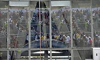 BOGOTÁ -COLOMBIA. 25-05-2014. Colombianos ingresan a Corferias Bogotá para ejercer su derecho al voto durante la jornada de elecciones Presidenciales en en Colombia que se realizan hoy 25 de mayo de 2014 en todo el país./ Colombian people come in to Corferias Bogota to exers their right to vote during the day of Presidential elections in Colombia that made today May 25, 2014 across the country. Photo: VizzorImage/ Gabriel Aponte / Staff