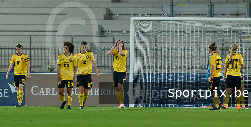 20181009 – BIEL BIENNE , SWITZERLAND : Belgian players pictured looking dejected and disappointed after conceding the 1-0 during the female soccer game between Switzerland and the Belgian Red Flames , the second leg in the semi finals play offs for qualification for the World Championship in France 2019 ; the first leg ended in equality 2-2 ;  Tuesday 9 th october 2018 at The Tissot Arena  in BIEL BIENNE , Switzerland . PHOTO SPORTPIX.BE | DAVID CATRY