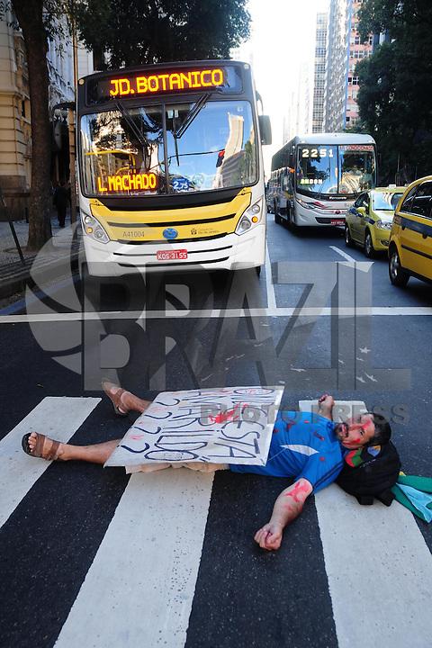 RIO DE JANEIRO,RJ,22.08.2013: PROTESTO NO CENTRO DO RIO- Manifestantes continuam ocupando as escadarias da Câmara Municipal do Rio. No fim da tarde uma decisão da justiça quebrou a Cpi na Câmara Municipal por 48 horas. Um grupo de manifestantes fechou o trânsito por uma hora e um integrante foi detido por policiais militares. SANDROVOX/BRAZILPHOTOPRESS