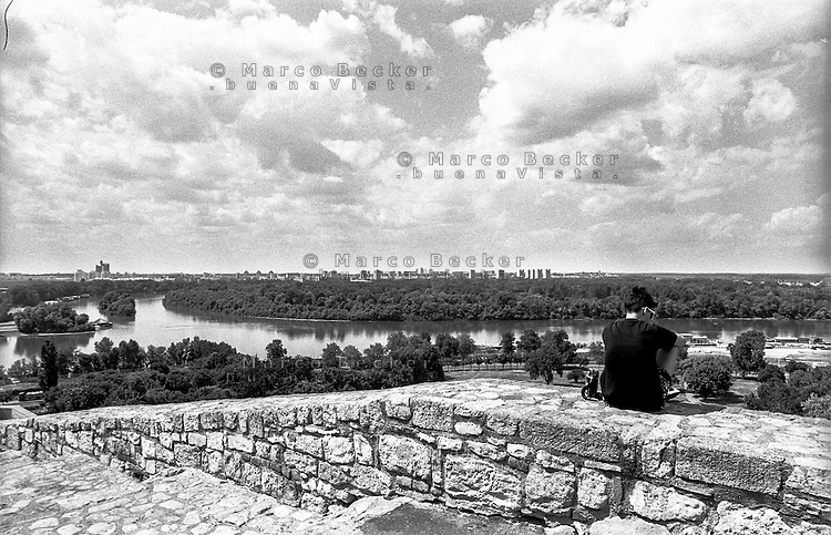 Belgrado, un giovane contempla il paesaggio dalla fortezza nel Parco Kalemegdan verso la confluenza del fiume Sava nel Danubio --- Belgrade, a youngster contemplating the view from the fortress in Kalemegdan Park towards the confluence of the Sava river into the Danube