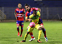 PASTO - COLOMBIA, 22-10-2018: Carlos Giraldo (Izq) jugador del Deportivo Pasto disputa un balón con Kevin Salazar (Der) jugador de Atletico Huila durante partido por la fecha 16 de la Liga Águila II 2018 jugado en el estadio La Libertad de Pasto. / Carlos Giraldo (L) player of Deportivo Pasto vies for the ball with Kevin Salazar (R) player of Atletico Huila during match for the date 19 of Aguila League II 2018 played at La Libertad stadium in Pasto. Photo: VizzorImage / Leonardo Castro / Cont
