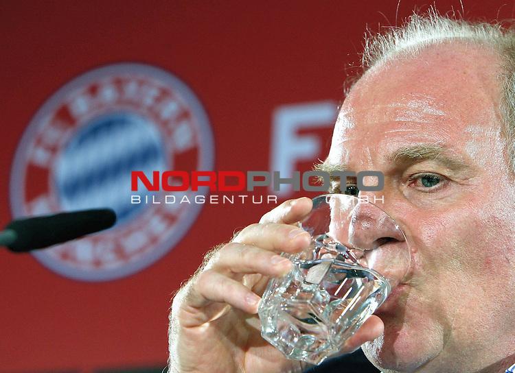 1. FBL 08/09 Pressekonferenz des Vorstandes der FC Bayern M&uuml;nchen AG zur Entlassung von J&uuml;rgen Klinsmann  ( Ex - Bayern Cheftrainer) am 27.04.2009<br /> <br /> MUNICH, GERMANY - APRIL 27:  Manager Uli Hoeness addresses the media during a news conference on April 27, 2009 in Munich, Germany.  Bayern Munich fired coach Juergen Klinsmann with immediate effect. Jupp Heynckes will replace Klinsmann until the end of the season.<br /> <br /> Foto &copy; nph ( nordphoto )