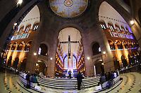 APARECIDA, SP, 05.07.2013 - SANTUARIO NACIONAL DE NOSSA SENHORA APARECIDA - Movimentação de fiéis na Basílica de Aparecida, interior paulista, nesta sexta-feira (5), em que o arcebispo da cidade, dom Raymundo Damasceno, participou de coletiva de imprensa sobre a apresentação de detalhes da visita do Papa Francisco no próximo dia 24. Os fiéis que acompanharão a missa do líder mundial do catolicismo no interior da igreja devem ser selecionados por ordem de chegada. A entrada será restrita a 15 mil pessoas que terão que passar por detectores de metais. Foto: Vanessa Carvalho - Brazil Photo Press