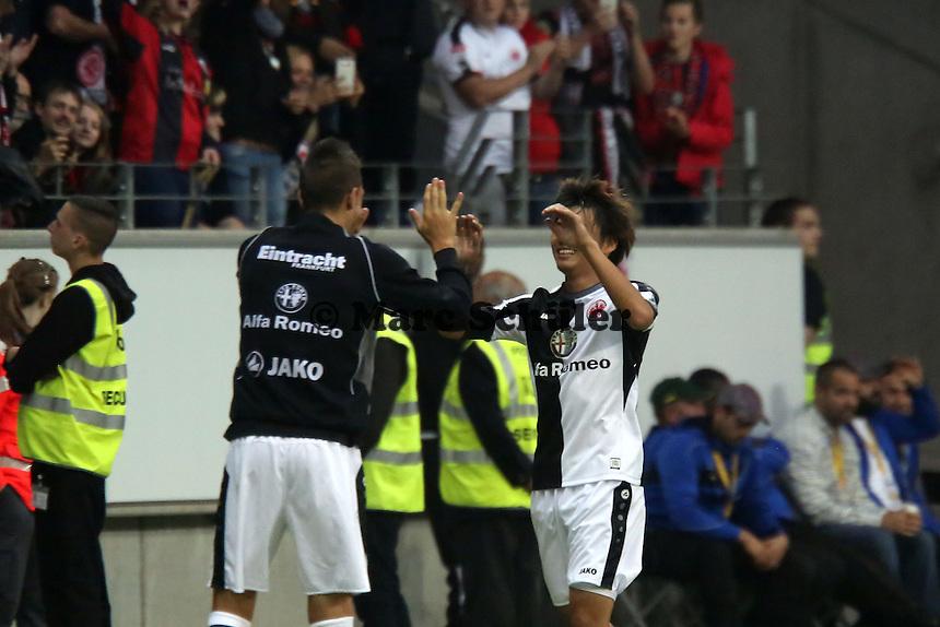 Torjubel Takashi Inui (Eintracht) nach dem Tor zum 1:0 mit Joselu - Eintracht Frankfurt vs. VfL Bochum, Commerzbank Arena, 2. Runde DFB-Pokal