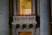 Città del Vaticano, 13 Marzo, 2013. Alcuni cardinali affacciati ad una delle logge della Basilica di San Pietro subito dopo l'elezione di Papa Francesco.