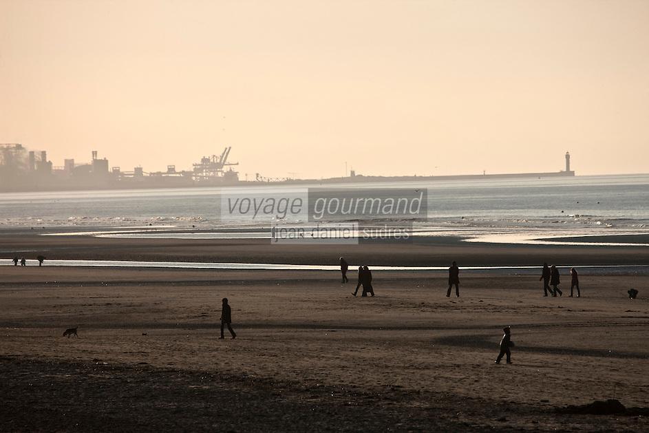 Europe/France/Nord-Pas-de-Calais/59/Nord/Bray-Dunes: La plage   sur la Côte d'Opale avec en fond le port et la zone industrielle portuaire de Dunkerque