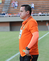 ENVIGADO -COLOMBIA-06-04-2014. Juan Carlos Sánchez técnico de Envigado FC gesticula durante partido con Patriotas FC por la fecha 15 de la Liga Postobón I 2014 realizado en el Polideportivo Sur de la ciudad de Envigado./ Juan Carlos Sanchez coach of Envigado FC gestures during match against Patriotas FC for the 15th date of the Postobon League I 2014 at Polideportivo Sur in Envigado city.  Photo: VizzorImage/Luis Ríos/STR