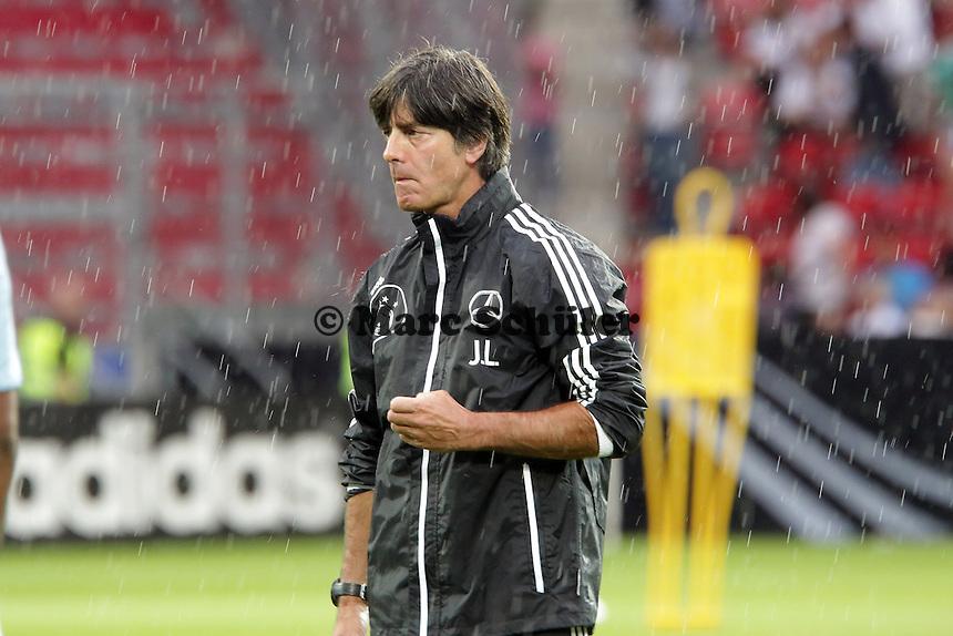 Bundestrainer Joachim Loew im Regen von Mainz - Oeffentliches Training der Deutschen Nationalmannschaft, Coface Arena Mainz