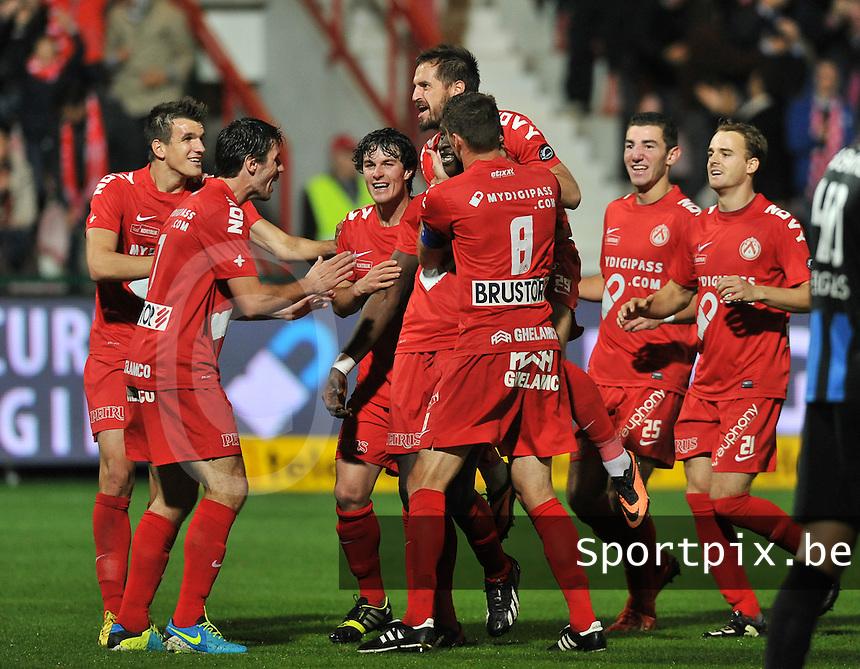 KV Kortrijk - Club Brugge KV : Elimane Coulibaly viert zijn doelpunt met zijn ploegmaats. hij scoorde de 2-1 voor Kortrijk<br /> foto VDB / Bart Vandenbroucke