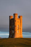 United Kingdom, England, Worcestershire, Broadway: Broadway Tower at sunrise | Grossbritannien, England, Worcestershire, Broadway: Broadway Tower bei Sonnenaufgang