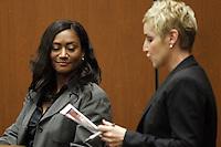"""ALS16. LOS ÁNGELES (CA, EEUU), 29/09/2011.- Kai Chase (i), cocinera personal de Michael Jackson, es interrogada por la segunda fiscal del distrito, Deborah Brazil (d) hoy, jueves 29 de septiembre de 2011, durante la tercera jornada del juicio por la muerte del """"Rey del Pop"""" que se celebra en la Corte Superior del condado de Los Ángeles, en EE.UU. EFE/Al Seib/POOL."""