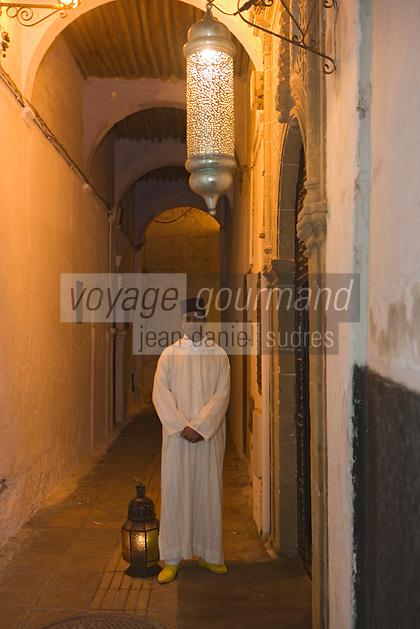 Afrique/Afrique du Nord/Maroc/Rabat: le guide du Restaurant Ziryab dans un ancien palais de la médina qui conduit les clients avec sa lanterne a travers les rues de la medina