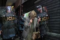 SAO PAULO, SP, 07.10.2013 - PROTESTO APOIO PROFESSORES DO RIO DE JANEIRO - Manifestação de estudantes em São Paulo pelos direitos dos professores, no centro de São Paulo, nesta segunda-feira. (Foto: Jorge Andrade / Brazil Photo Press).