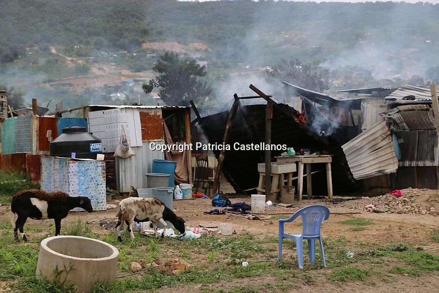 Oaxaca de Ju&aacute;rez, Oax. 03/07/2017.-Luego de un altercado entre habitantes de la Agencia Vicente Guerrero e integrantes del &quot;Frente 14 de Julio&quot;, aproximadamente 50 inmuebles (entre viviendas y bodegas) resultaron incendiados en la Colonia Bicentenario, as&iacute; mismo, 3 veh&iacute;culos fueron quemados.<br /> En tanto, habitantes de la Agencia Vicente Guerrero efectuaron un bloqueo en la carretera cercana a esta &aacute;rea, lugar donde con palos y machetes permanecieron cuidando.<br /> Ante este panorama, miembros de la polic&iacute;a estatal, as&iacute; como elementos castrenses arribaron al resguardo de esta zona, previendo que no repunte la violencia en dicha &aacute;rea.