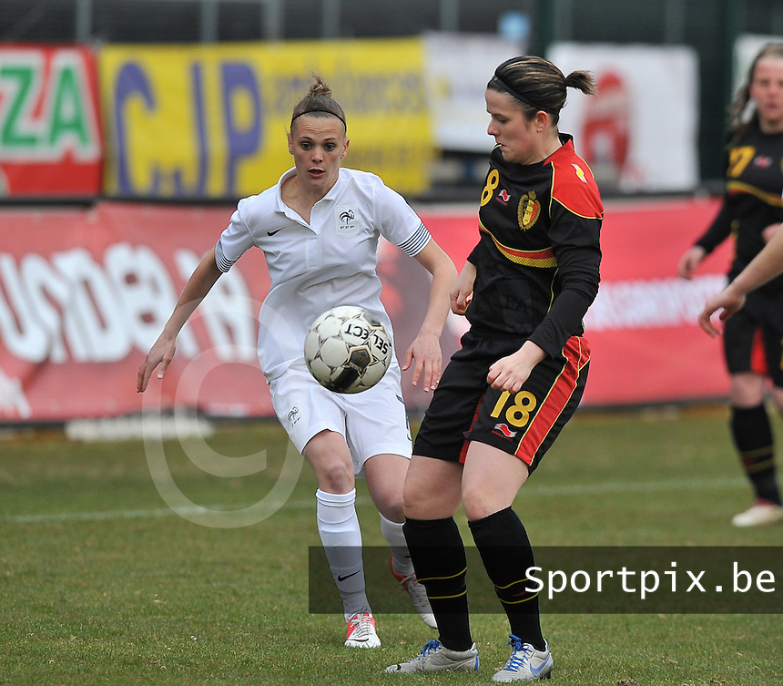 France U19 - Belgium U19 : duel tussen Faustine Robert (links) en Maria Laura Aga Martinez (rechts).foto DAVID CATRY / Nikonpro.be