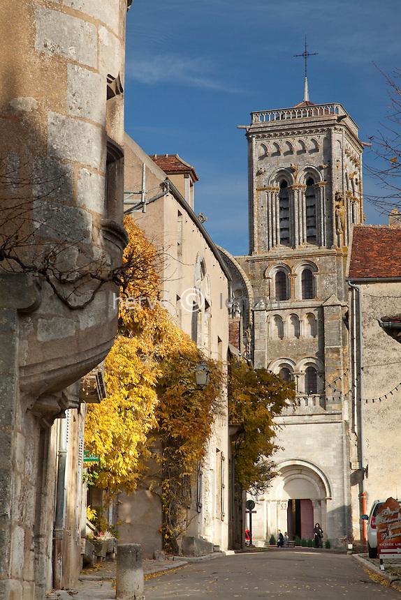 France, Yonne (89), Vézelay, la rue Saint-Pierre monte vers la basilique., sur la gauche, maison à tourelle   // France, Yonne, Vézelay, street St. Pierre to the basilica
