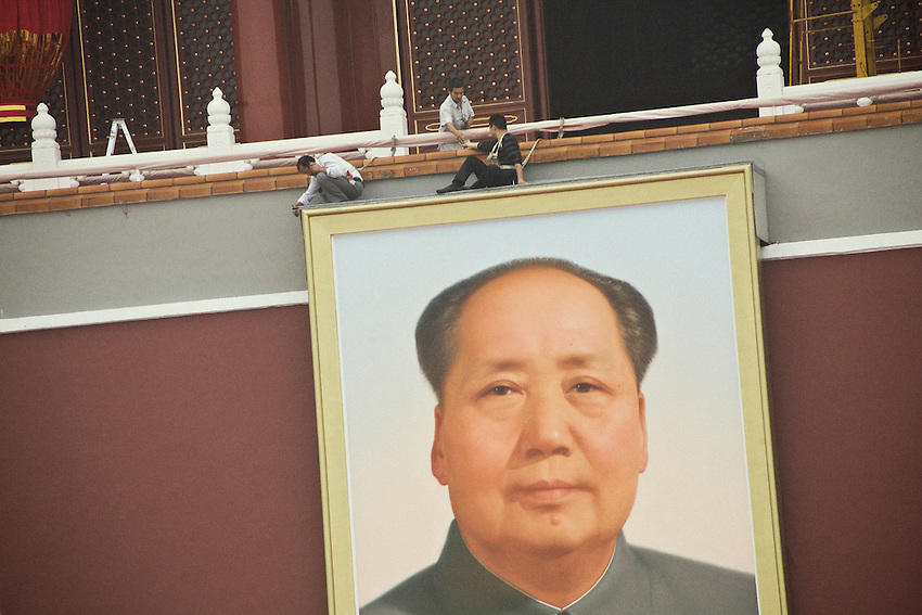 Last cleaning of the portrait of Mao zedong before the great celerbation of the People's Republic of China that he had declared foundedon this place excactly the 1st october 1949.