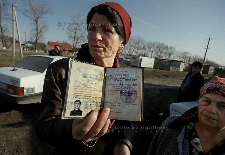 Sleptsovskaja &ndash; Confine Inguscezia-Cecenia / 2004.<br /> Una donna cecena mostra il passaporto del figlio rapito e ucciso dalle forze di sicurezza russe durante una operazione di rastrellamento nella zona di Grozny. Woman fled from Grozny shows the passport of the son kidnapped and killed by russian special forces.<br /> Photo Livio Senigalliesi