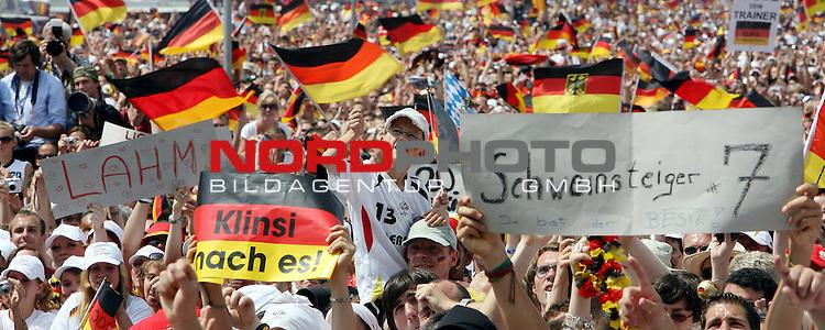 FIFA WM 2006 - Feature Fanmeile Berlin<br /> Verabschiedung / Empfang der Deutschen Nationalmannschaft auf der Berliner Fanmeile vor dem Brandenburger Tor<br /> Fans mit Deutschland-Fahnen.-<br /> <br /> Foto &copy; nordphoto
