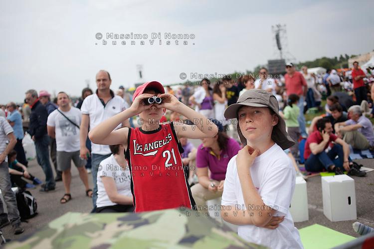 Milano: due ragazzi partecipano al VII Incontro Mondiale delle Famiglie..Milan: pilgrims during the 7th World Meeting of Families...