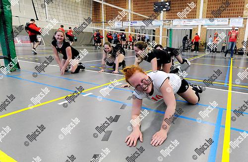 2015-04-25 / Volleybal / seizoen 2014-2015 / De dames van VC Herenthout zijn kampioen in eerste provinciale. Hier doen ze een buiklanding richting supporters<br /><br />Foto: Mpics.be