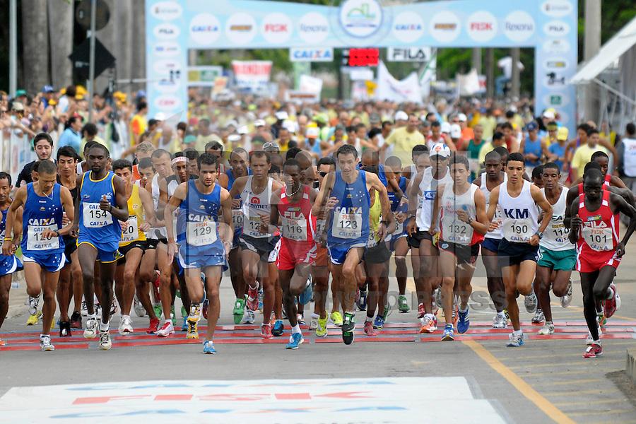 BRASIL, BELO HORIZONTE/MG - 04/12/2011 - Largada da categoria elite masculina durante a XIII Volta Internacional da Pampulha, realizada neste domingo em Belo Horizonte/MG. Foto: Douglas Magno / News Free