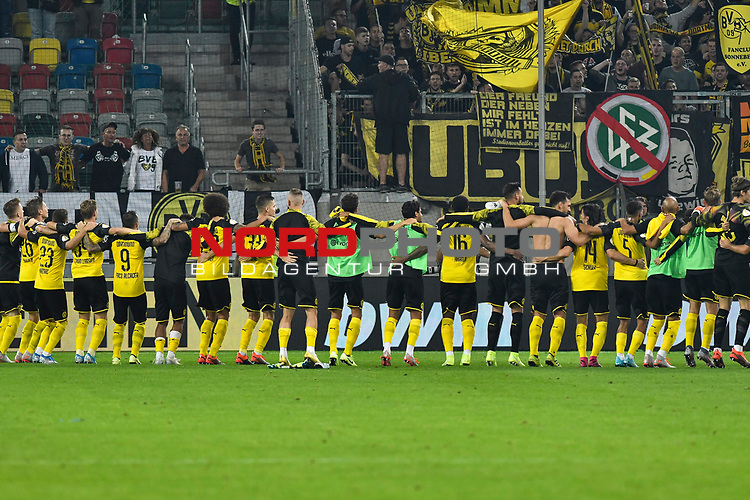09.08.2019, Merkur Spiel-Arena, Duesseldorf, GER, DFB-Pokal, KFC Uerdingen 05 vs Borussia Dortmund , DFL regulations prohibit any use of photographs as image sequences and/or quasi-video<br /> <br /> im Bild Schlussjubel / Schlußjubel / Emotion / Freude / die Mannschaft von Dortmund vor den Fans<br /> <br /> Foto © nordphoto/Mauelshagen