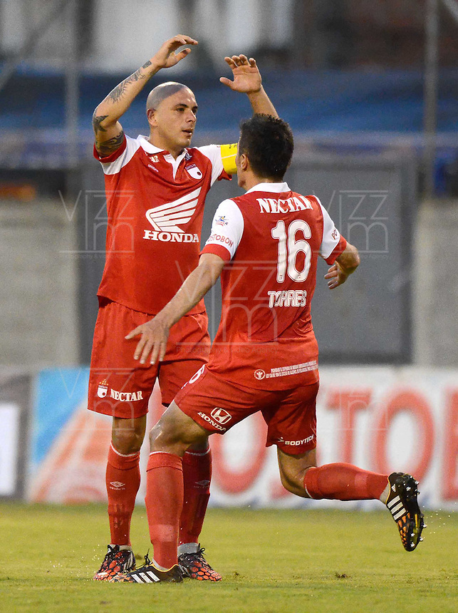 ENVIGADO -COLOMBIA-21-09-2014. Omar Perez (Izq) jugador de Independiente Santa Fe celebra un gol anotado a Envigado FC durante partido por la fecha 10 de la Liga Postobón II 2014 realizado en el Polideportivo Sur de la ciudad de Envigado./ Omar Perez (L) player of Independiente Santa Fe celebrate a goal scored to Envigado FC during match for the 10th date of the Postobon League II 2014 at Polideportivo Sur in Envigado city.  Photo: VizzorImage/Luis Ríos/STR