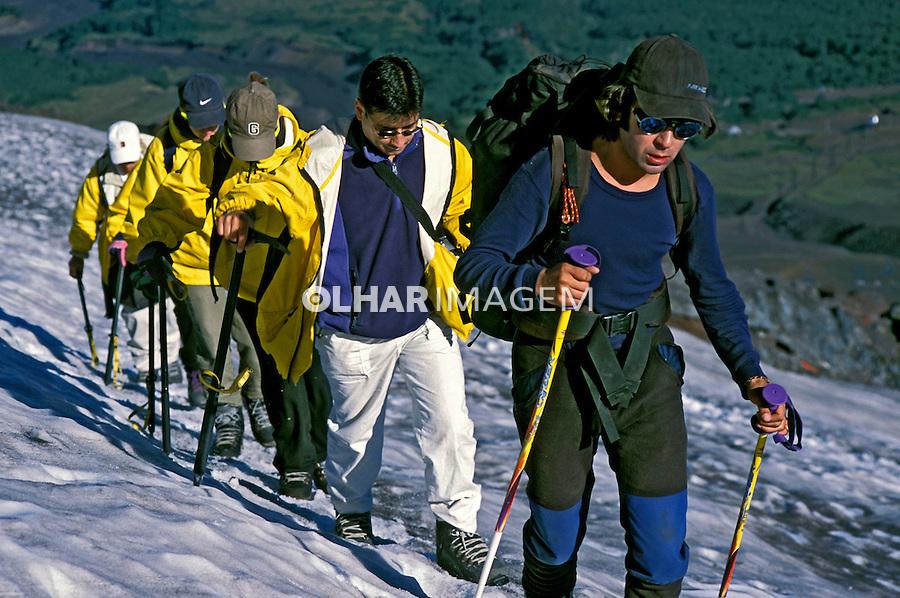 Esquiadores na encosta  do vulcão Villarica. Chile. 2001. Foto de Vinicius Romanini.