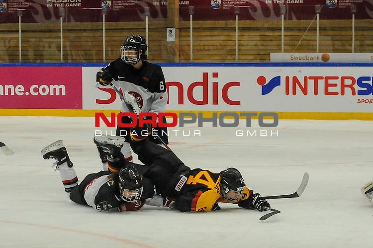 29.03.2015, Rosengards Ishall, Malm&ouml; , SWE, IIHF Eishockey Frauen WM 2015, Deutschland (GER) vs Japan (JPN), im Bild Kanae AOKI (#5, JPN) bringt Laura KLUGE (#25, OSC Berlin) zu fall<br /> <br /> ***** Attention nur f&uuml;r redaktionelle Berichterstattung *****<br /> <br /> Foto &copy; nordphoto / Hafner