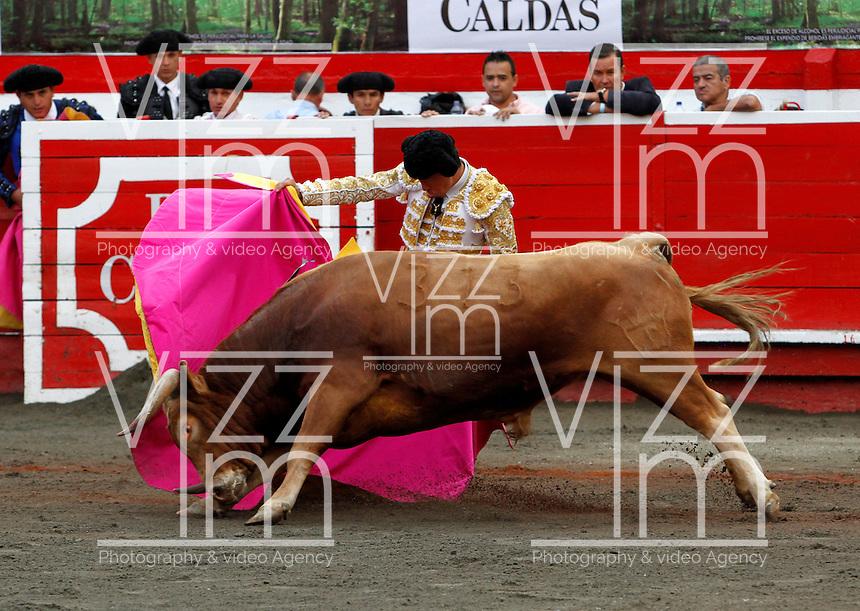 MANIZALES-COLOMBIA. 06-01-2016: Sebastian Ritter lidiando a Gitanillo de 452kg de la ganadería Dos Gutierrez durante la tercera corrida como parte de la versión número 60 de La Feria de Manizales 2016 que se lleva a cabo entre el 2 y el 10 de enero de 2016 en la ciudad de Manizales, Colombia. / The bullfighter Sebastian Ritter struggling to Gitanillo of 452 kg during the third bullfight as part of the 60th version of Manizales Fair 2016 takes place between 2 and 10 January 2016 in the city of Manizales, Colombia. Photo: VizzorImage / Santiago Osorio / Cont