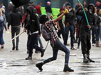 BOGOTA-COLOMBIA-1-05-2013. disturbios durante la marcha de los trabajadores en el primero de mayo en el centro de la ciudad y la plaza de Bolívar.Protests during the march of the workers in the first of May in the city center and the Plaza de Bolivar...( Photo / VizzorImage / Felipe Caicedo / Staff).