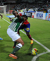 MEDELLIN - COLOMBIA-07-07-2013: Jefferson Duque (Izq.) jugador del Atletico Nacional disputa el balón con Fausto Obeso (Der.) jugador del Deportivo Pasto, durante partido en el estadio Atanasio Girardot de la ciudad de Medellin, julio 7 de 2013. Atletico Nacional y Deportivo Pasto durante partido por la sexta fecha de los cuadrangulares semifinales de la Liga Postobon I. (Foto: VizzorImage / Luis Rios / Str).  Jefferson Duque (L) player of Atletico Nacional fights for the ball with Fausto Obeso (R) player from Deportivo Pasto during game in the Atanasio Girardot stadium in Medellin City, July 7, 2013. Atletico Nacional and Deportivo Pasto, during match for the sixth round of the semi finals of the Postobon League I. (Photo: VizzorImage / Luis Rios / Str).