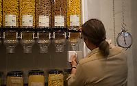 """Berlin, Ein Besucher fuellt am Samstag (13.09.2014) im neueroeffneten Supermarkt """"Original Unverpackt"""", im dem Lebensmittel und Haushaltsprodukte ohne Verpackungen verkauft werden, Nudeln in ab. Der Laden in der Wienerstrasse in Berlin Kreuzberg wurde ueber Crowdfunding finanziert. Foto: Steffi Loos/CommonLens"""