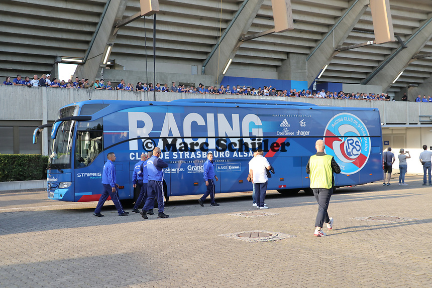 Mannschaftsbus von Racing Straßburg - 22.08.2019: Racing Straßburg vs. Eintracht Frankfurt, UEFA Europa League, Qualifikation, Commerzbank Arena<br /> DISCLAIMER: DFL regulations prohibit any use of photographs as image sequences and/or quasi-video.