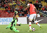 BOGOTÁ - COLOMBIA, 25-07-2017: Juan David Valencia (Der) jugador de Independiente Santa Fe de Colombia disputa el balón con Luis Fernandez (Izq) arquero de Fuerza Amarilla de Ecuador, durante partido por la segunda fase, llave 8, de la Copa CONMEBOL Sudamericana 2017  jugado en el estadio Nemesio Camacho El Campin de la ciudad de Bogotá. / Juan David Valencia (R) player of Independiente Santa Fe of Colombia fights for the ball with Luis Fernandez (L) goalkeeper of Fuerza Amarilla of Ecuador during the match for the second phase, key 8, of the Copa CONMEBOL Sudamericana 2017  played at Nemesio Camacho El Campin stadium in Bogota city.  Photo: VizzorImage / Gabriel Aponte / Staff