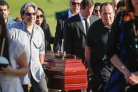 SAO PAULO,SP, 03.08.2015 - VELORIO-ICAMI - Familiares e amigos acompanham o enterro do psiquiatra, educador e escritor Içami Tiba no Cemiterio do Morumby, zona sul de São Paulo nesta segunda-feira (3). Tiba morreu em São Paulo às 19h no ultimo domingo (2).(Foto: Douglas Pingituro / Brazil Photo Press)