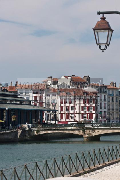 Europe/France/Aquitaine/64/Pyrénées-Atlantiques/Pays-Basque/Bayonne: Halles et  Maisons quai Amiral Dubourdieu sur les bords de la Nive