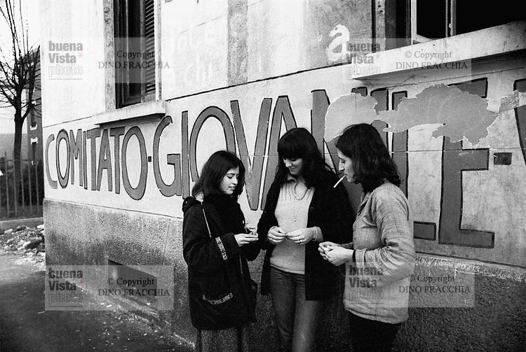 - social center occupied by young people of the leftist groups (Milan, 1976)....- centro sociale occupato da giovani dei gruppi di sinistra (Milano, 1976)