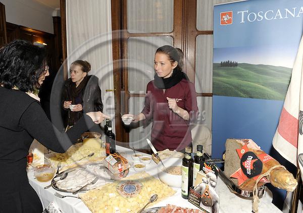 Brussels-Belgium - 02 December 2008---Conference of AREPO (Association des Régions Européennes des Produits d'Origine) 'Les enjeux du Livre Vert sur la qualité des produits agricoles - la contribution des régions européennes' at the representation of Aquitaine, Emilia-Romagna and Hessen; here, presenting regional specialities from Toscana -- Photo: Horst Wagner / eup-images