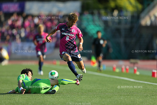 Han Kook Young (Bellmare), Yoichiro Kakitani (Cerezo), MAY 3, 2013 - Football / Soccer : 2013 J.LEAGUE Division 1, 9th Sec match between Shonan Bellmare 0-3 Cerezo Osaka at Shonan BMW Stadium Hiratsuka, Kanagawa, Japan. (Photo by AFLO SPORT) [1045]